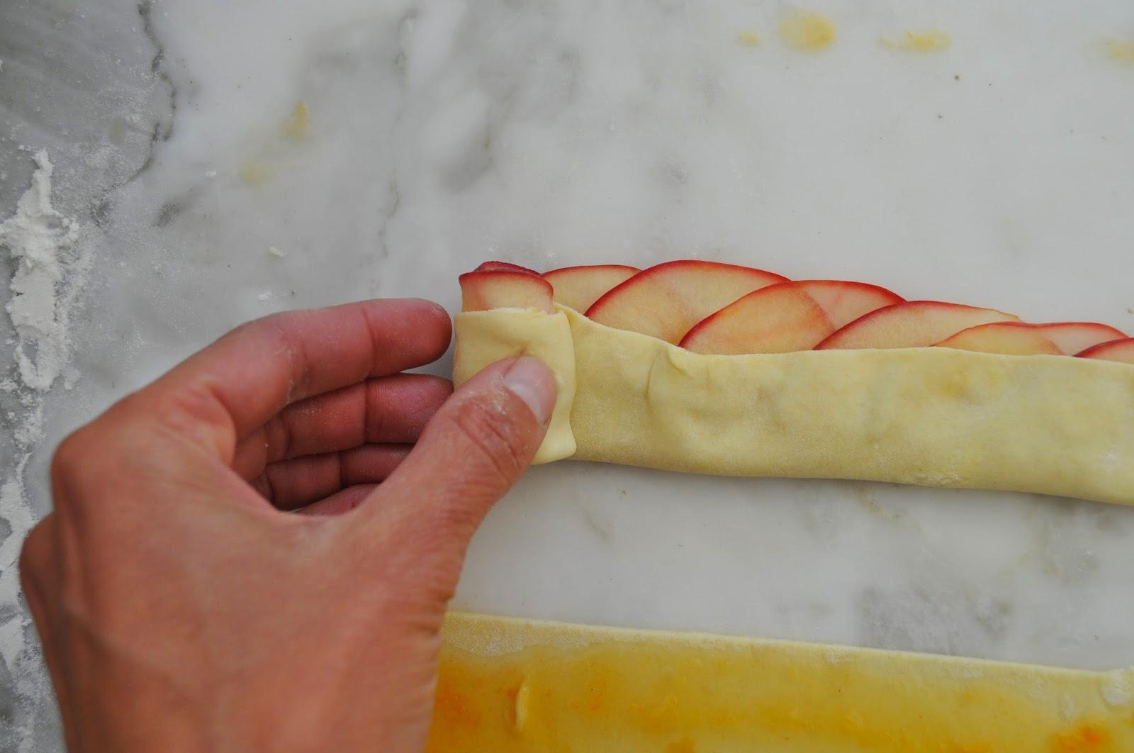 Пирог из слоеного дрожжевого теста с яблоками и корицей рецепт