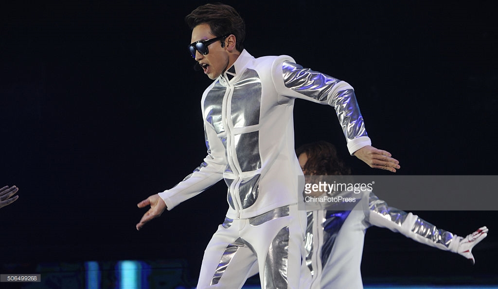 http://3.bp.blogspot.com/-llmC-iMFN08/VqXRFDy6c9I/AAAAAAABQto/pxrZQzl25Ks/s1600/south-korean-singer-rain-performs-onstage-during-his-concert-the-picture-id506499268.jpg