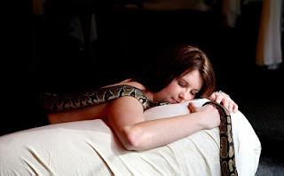 saat menstruasi dan hamil wanita lebih peka terhadap ular