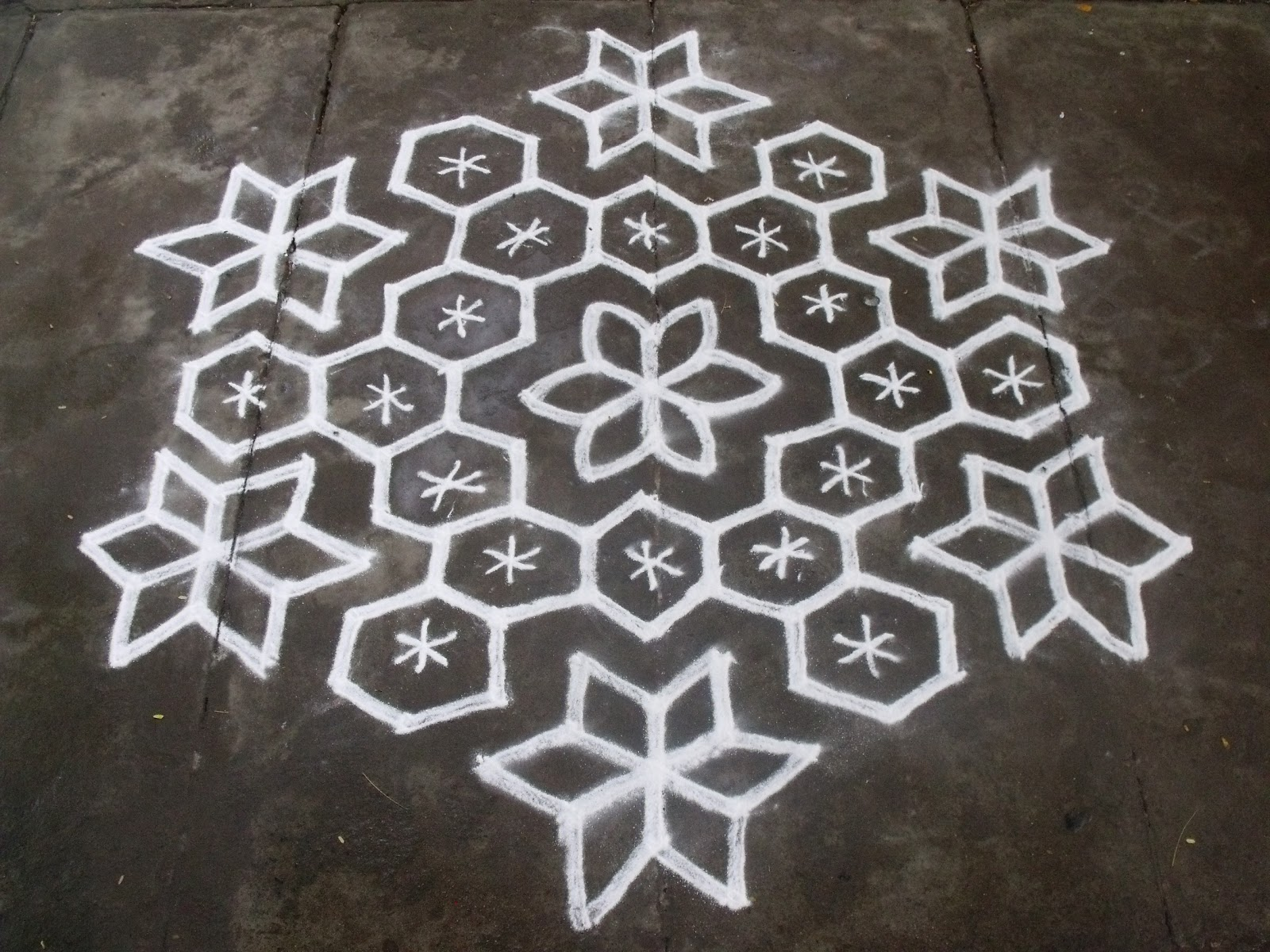 Rangoli designs kolam 15 8 pulli kolam interlaced dots for Dots design apartment 8