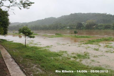 Enchente Rio Ribeira em Eldorado-SP ás 14:00hs 05/06/2012