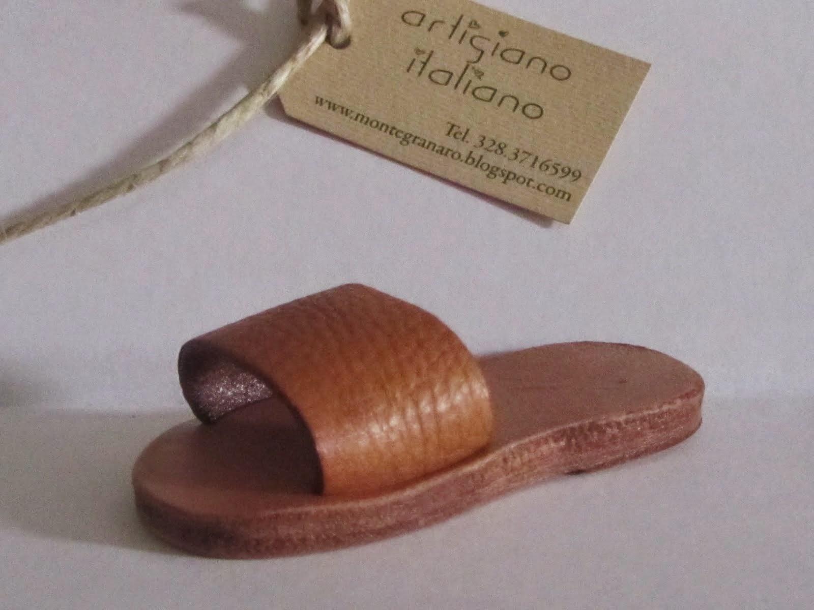 Azienda che produce portachiavi a forma di scarpe, sandalo, ciabatta