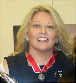 Silvia Ramos de Barton fue condecorada con la Flor de Lis por su carrera como Ceremonialista
