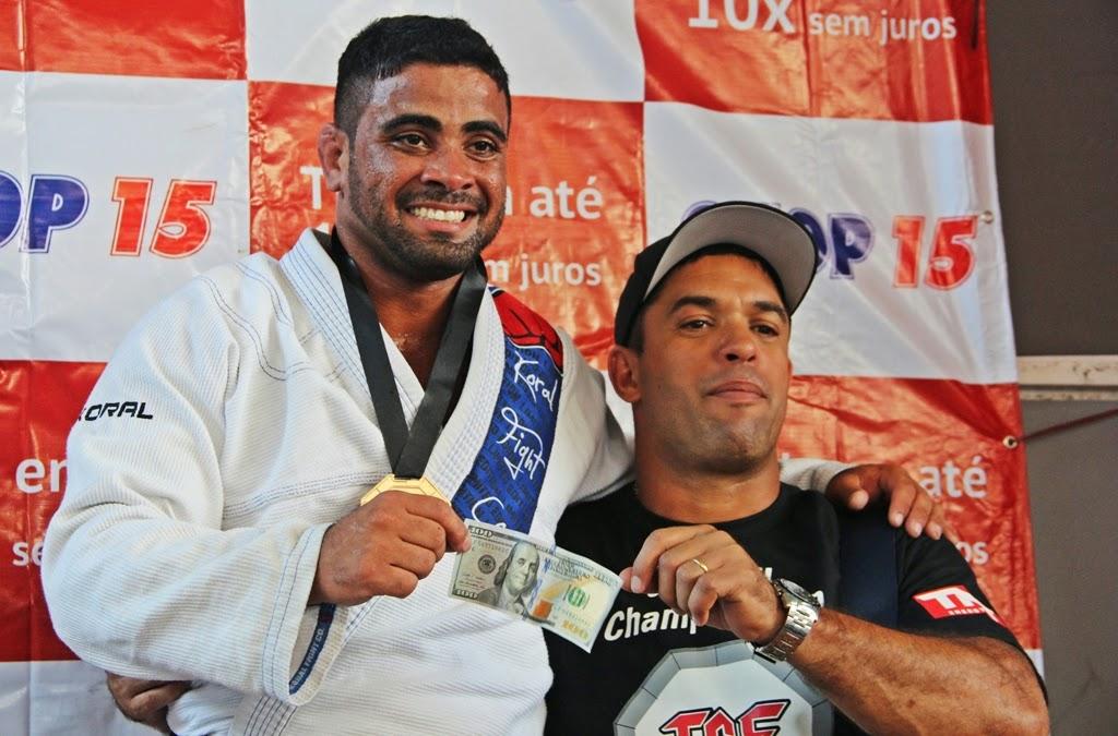 O atleta Léo Carlos recebeu cem dólares de premiação após vitória