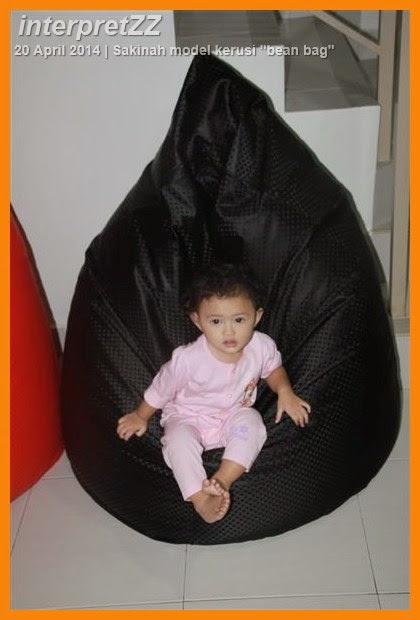 Sakinah jadi model kerusi bean bag Malaysia.