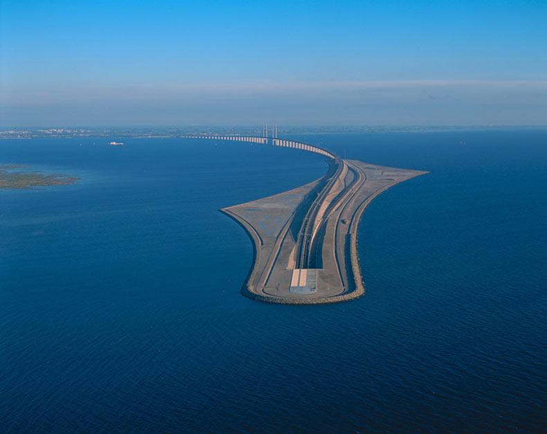 Un puente que se convierte en un túnel submarino que conecta Dinamarca y Suecia