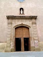 La portalada de la façana de migdia de l'església de Sant Hilari
