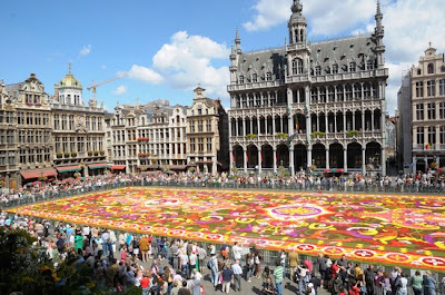 La Grand Place cubierta por el gingantesco tapete de flores en Bruselas