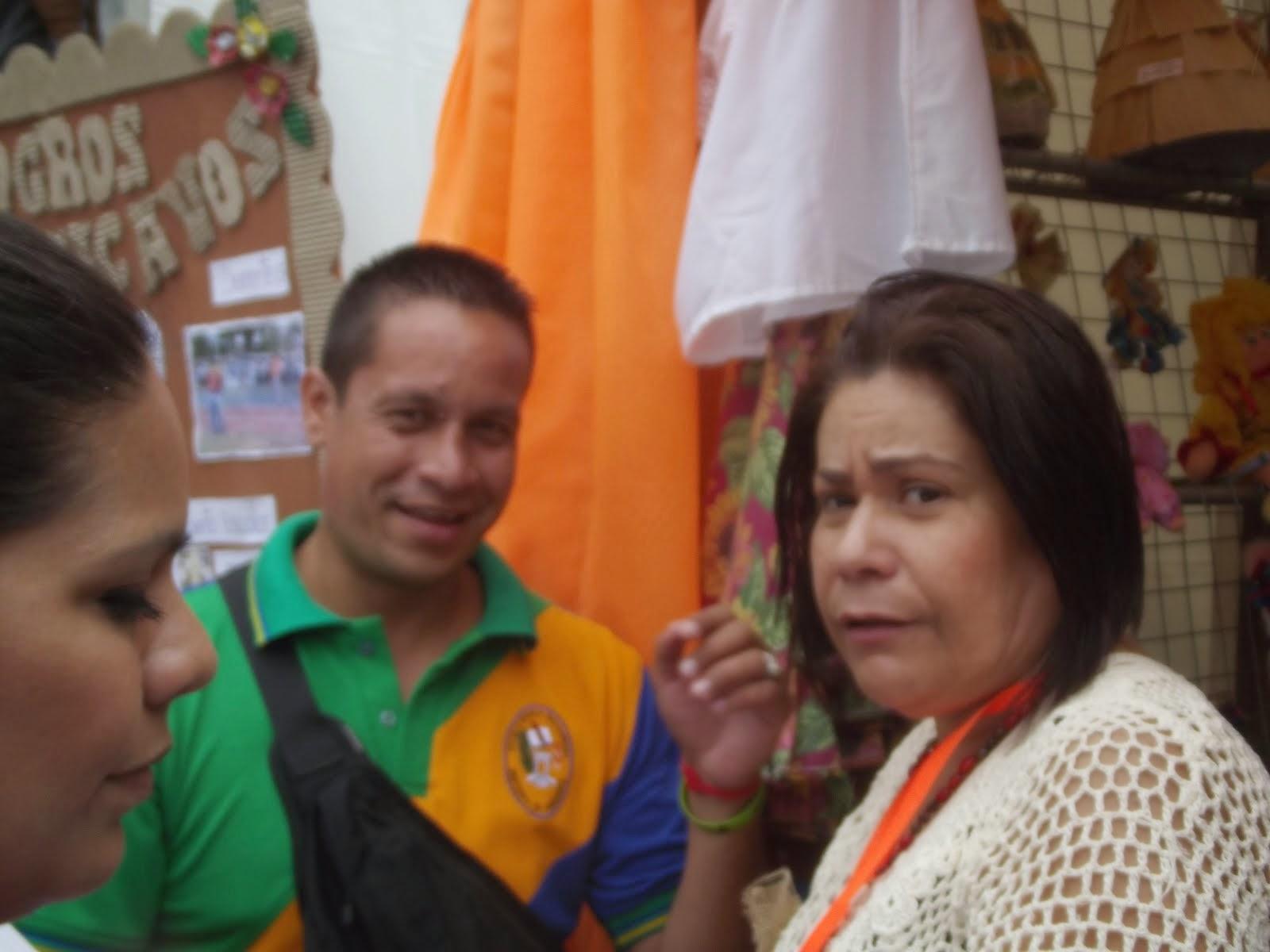 LA PROFESORA MARUBI  Y EL PROFESOR ALEJANDRO REYES DE LA ESCUELA HORTENSIA DE GARMENDIA