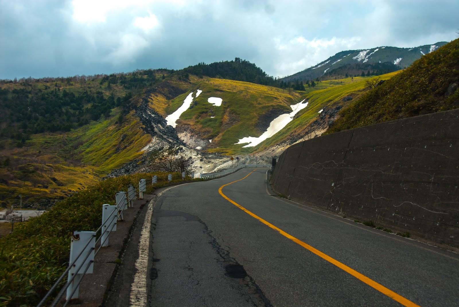 雪が少し残っている山道を通る