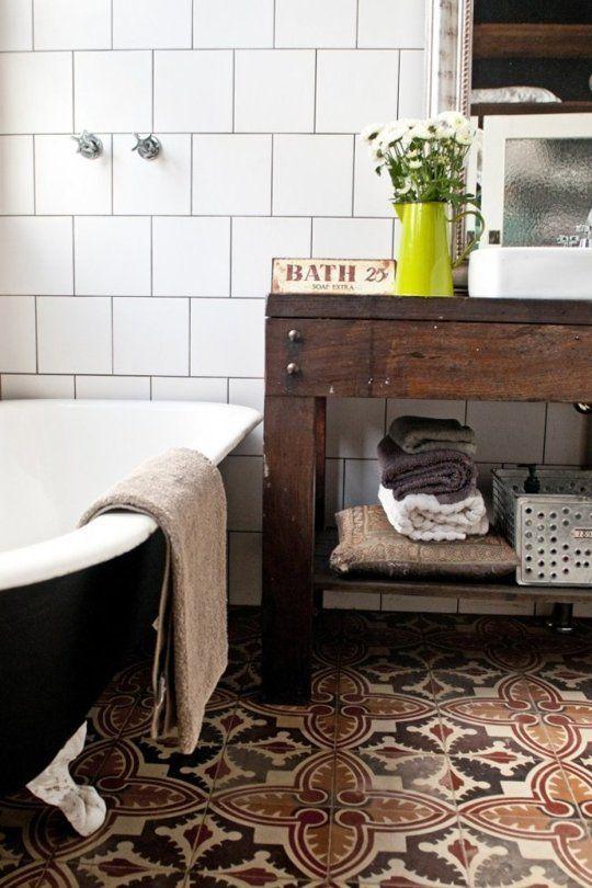 banheiro com piso de azulejo hidraulico