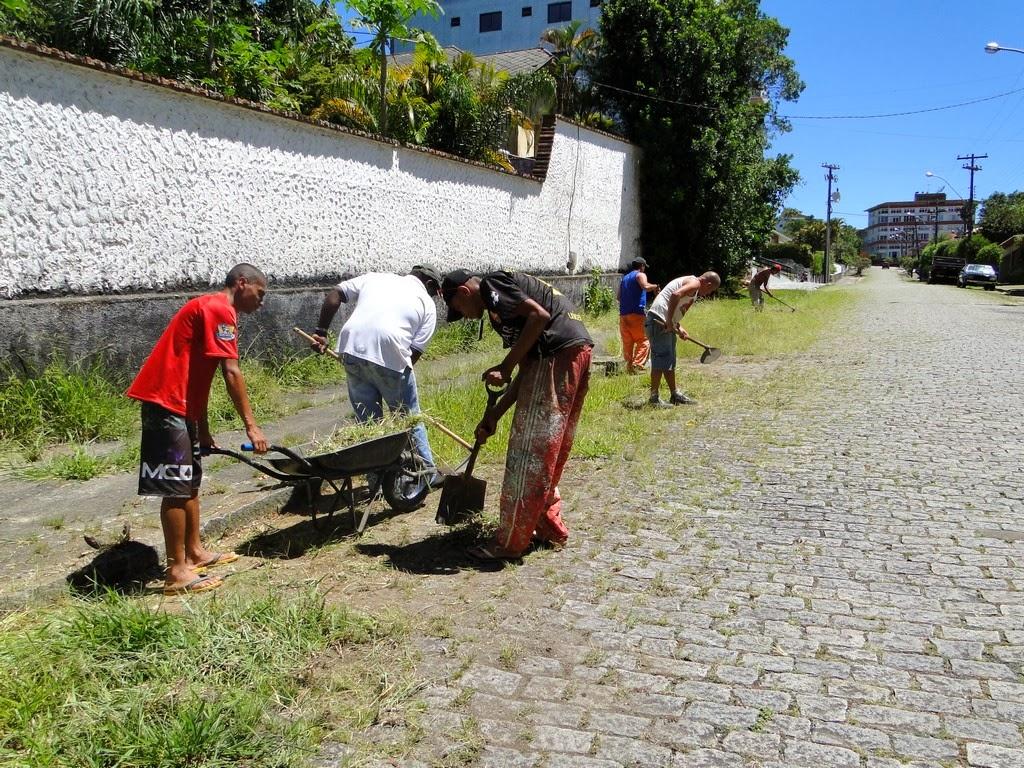 Capina e limpeza na Rua Hildegardo de Noronha, no Alto