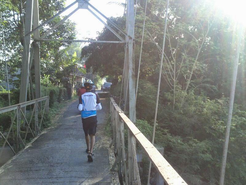 Berjalan di atas Jembatan Progo