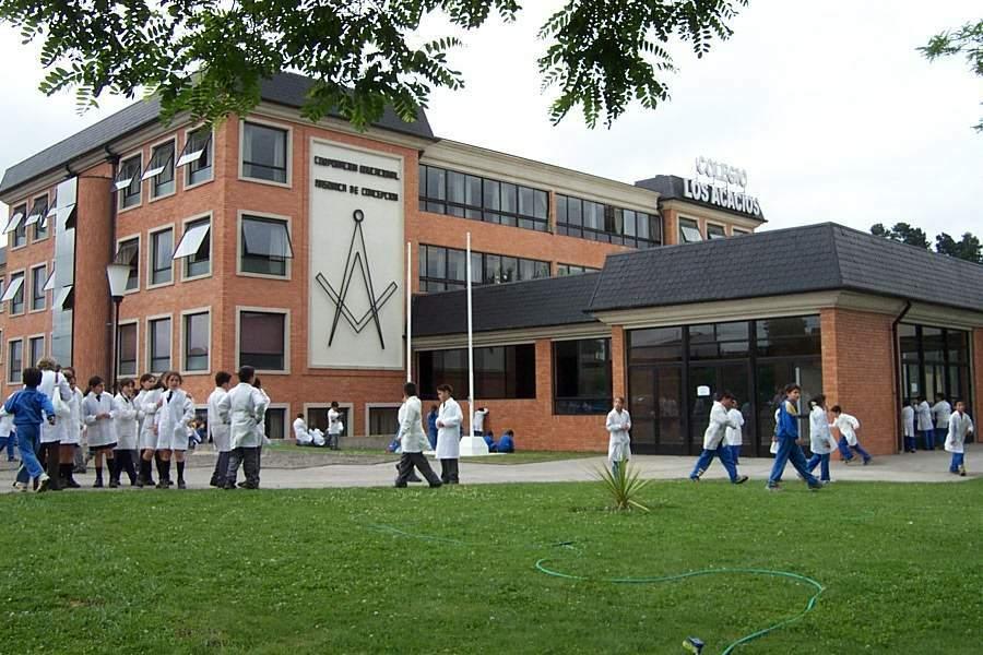 Colegio donde los estudiantes son merecidos con bolsas de cemento  -w-(usted las llena)