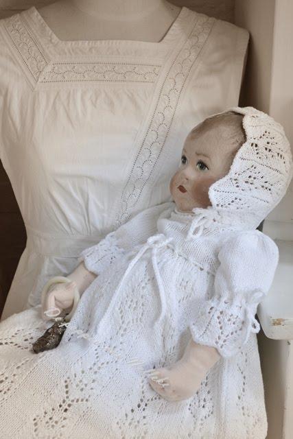 In gebreide doopkleding