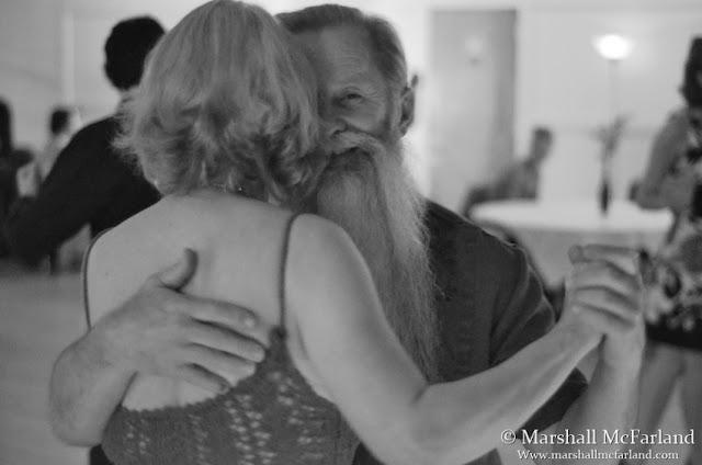 Uomo barbuto che balla il tango