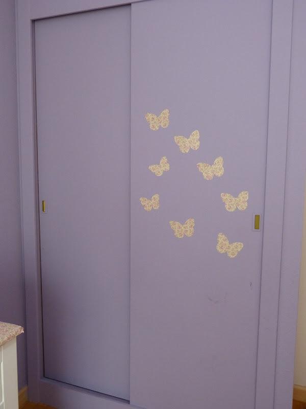 con el papel con el que pensaba empapelar el armario decid hacerle unas mariposas y pegarlas a modo de vinilo