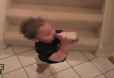 bebe resbala por las escaleras por su biberón