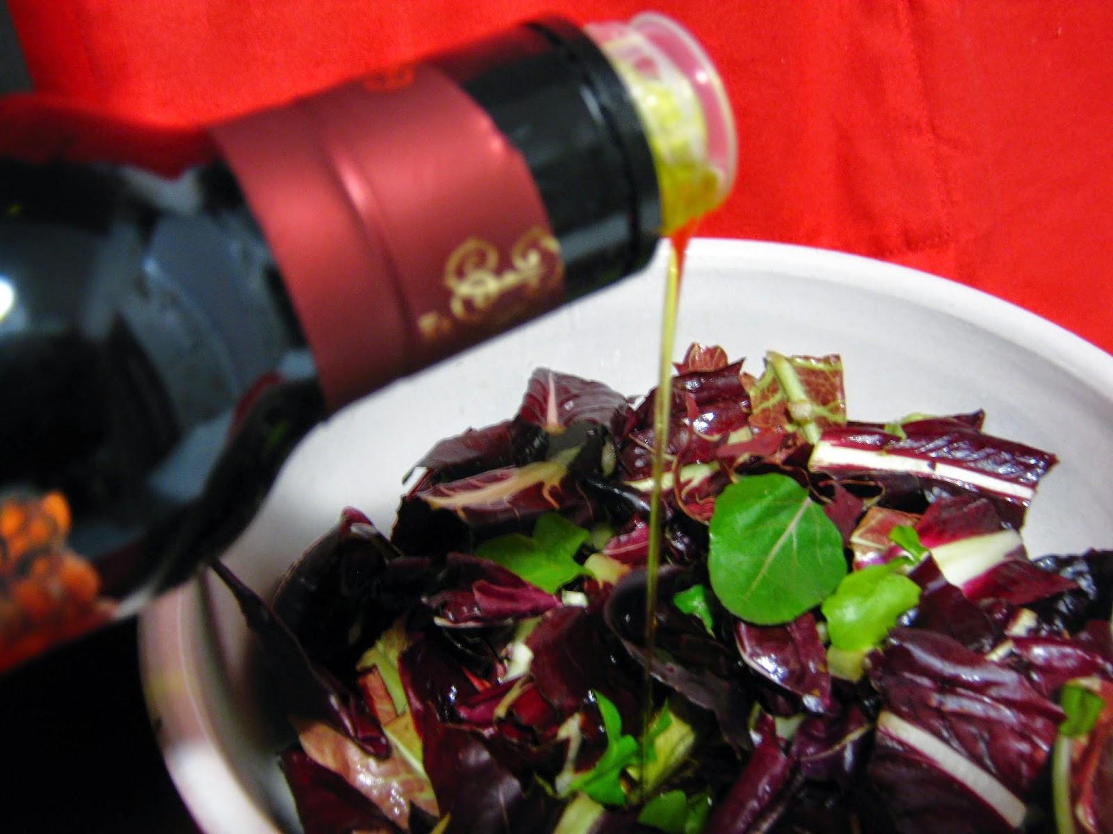 ciotola con  insalata  e olio che  scende  a filo