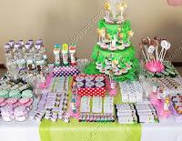 mesa com produtos personalizados