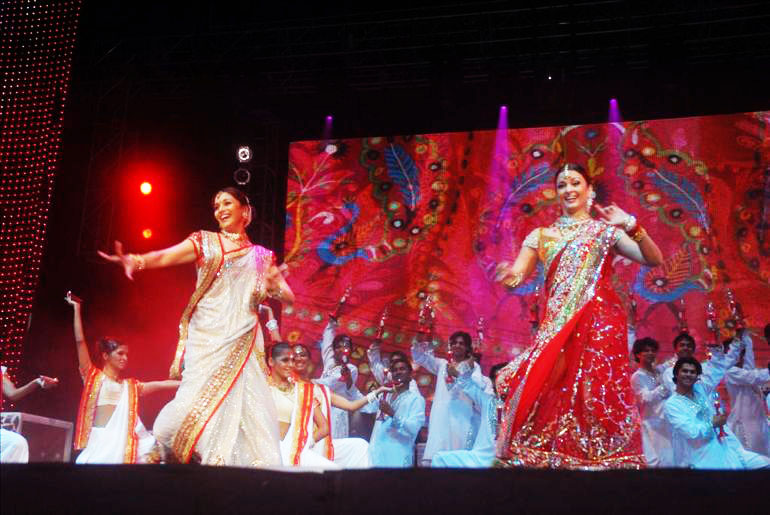 , Madhuri And Aishwarya On Stage Performing Dance Pics