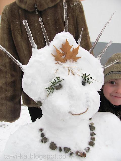 Снегурочка - фигура из снега крупным планом