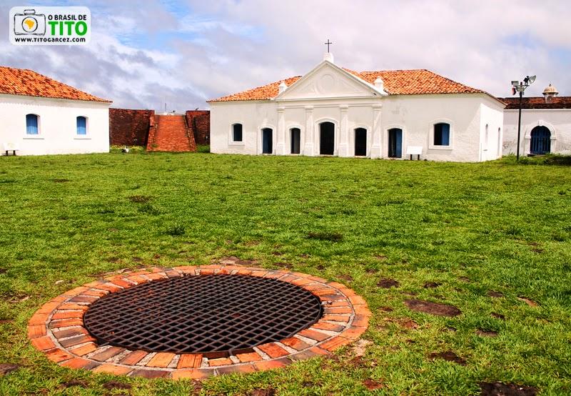Praça principal da Fortaleza de São José de Macapá com reservatório de águas fluviais e capela, no Amapá