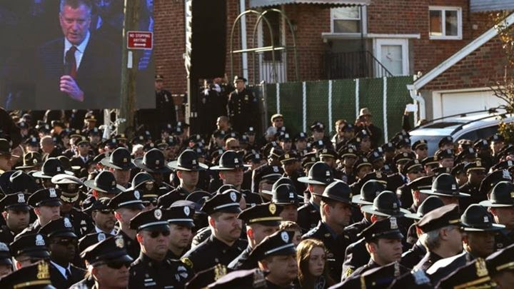 Policiais viram costas para prefeito esquerdista de Nova York em funeral de colega assassinado