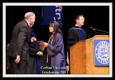 Voni Blesia, saat menerima diplomanya dari professor Michael Patterson, B.S., M.A., PhD (ABD), salah satu professor di Corban University USA (Foto: Ist).