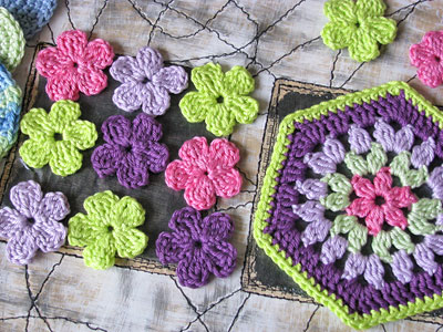 Crochet Flower Pattern Small : PATTERN FOR TINY CROCHET FLOWERS CROCHET