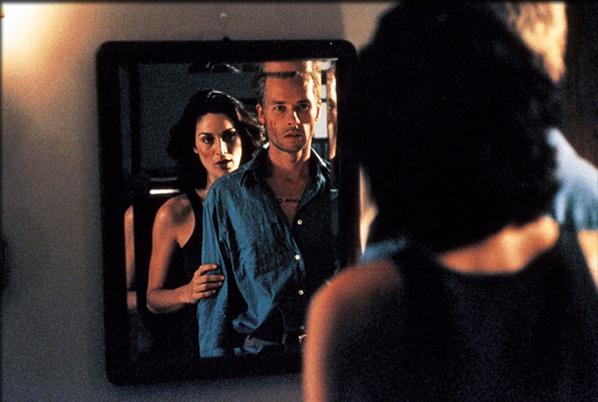 El espejo devuelve como la fotografía una realidad que ya no es