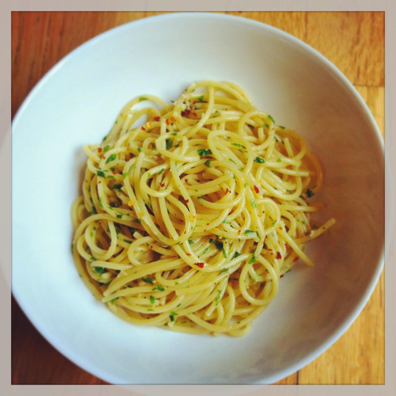 playing with flour simple spaghetti aglio e olio. Black Bedroom Furniture Sets. Home Design Ideas