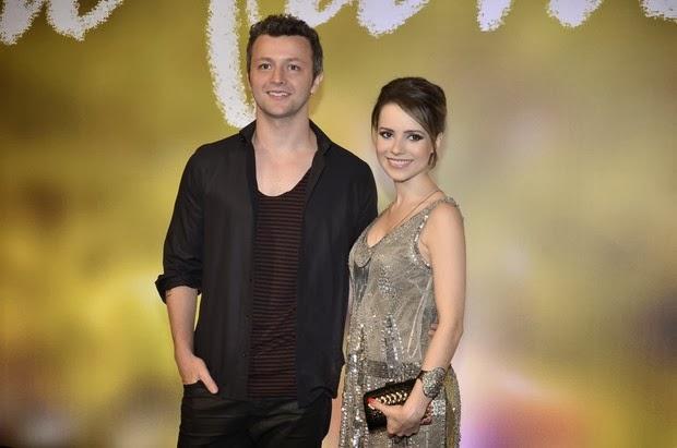 Sandy, grávida, com o marido Lucas Lima na estréia da Novela Em Família