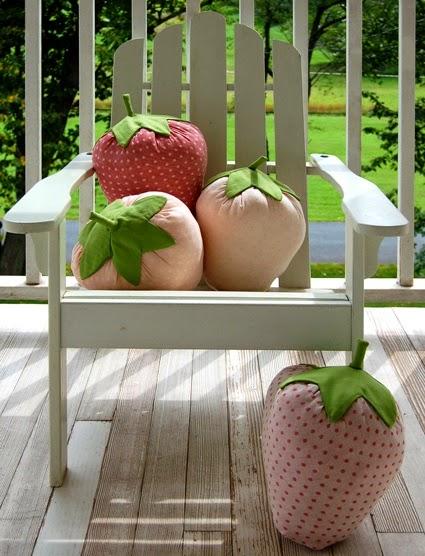 Cojines en forma de fresa con materiales reciclados