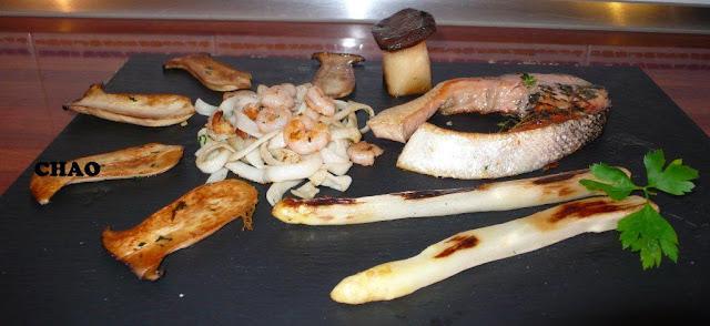 Salmon a la plancha con tallarines de mar, Boletus, gambas y espárragos.