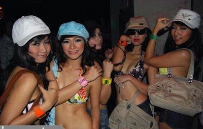 Ngintip Sexy Dancer Buka Baju di Ruang Ganti