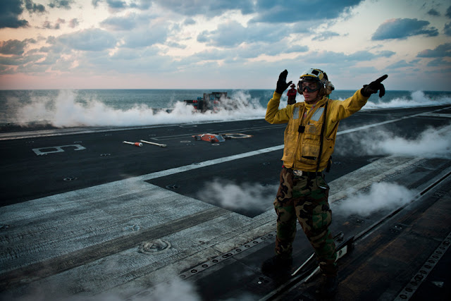 Porta-aviões (M570 - 43PM/2011)  U.S.-Navy-photo-by-Mass-Communication-Specialist-3rd-Class-Benjamin-Crossley