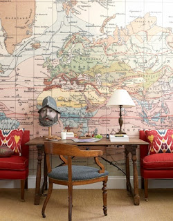 Sala de espera com mesa antiga e um mapa cobrindo toda a parede