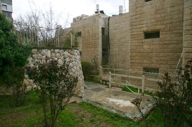 pintu masuk Talpiot tomb kini ditutup semen (sumber : Getty Images)
