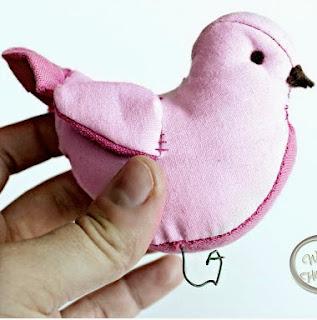 http://translate.googleusercontent.com/translate_c?depth=1&hl=es&prev=/search%3Fq%3Dhttp://crochet.craftgossip.com/%26safe%3Doff%26biw%3D1429%26bih%3D984&rurl=translate.google.es&sl=en&u=http://www.welivedhappilyeverafter.com/2012/07/stuffed-birdies-tutorial.html&usg=ALkJrhhUpc0E0y8hy0HiJKPAdmAQGSOmkQ