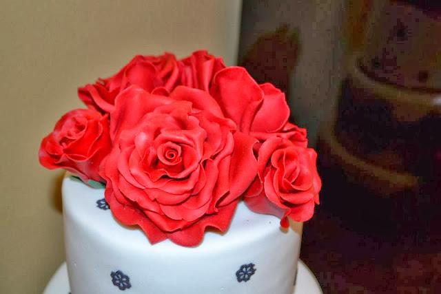 Tarta tres pisos Boda flores azucar y Rosas pasta de goma Rojas y encaje de azucar Sugarveil  sugar dreams  Gandia elegante fondant moderna sofisticada dia especial celebracion comunion aniversario oro plata
