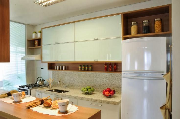 cozinha planejada em moveis brancos com detalhes de madeira