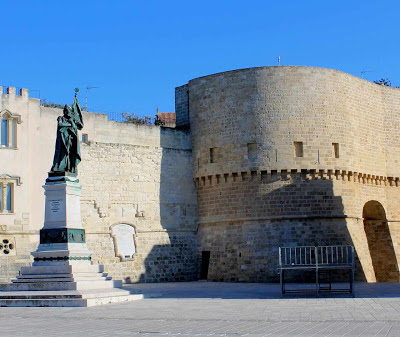Monumento aos heris e muralhas de Otranto