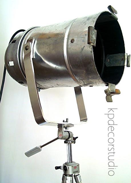 Focos acoplados a trípodes antiguos de fotografías estilo industrial. Decoración vintage.