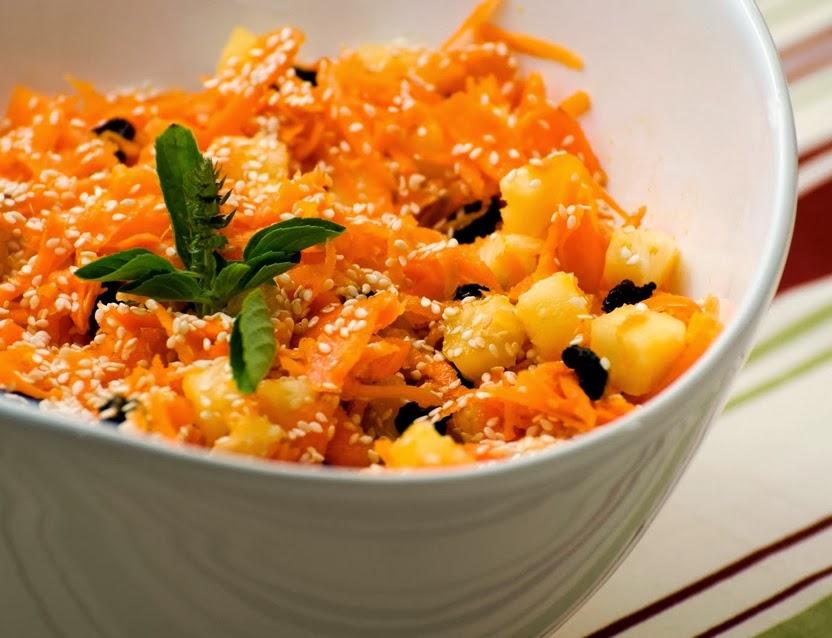 Salada de Cenoura, Abacaxi, Passas e Gergelim (vegana)
