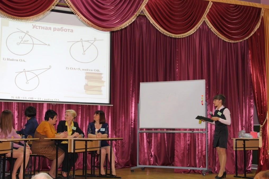 учительница показывает классу как надо сасать член ученику при всём классе