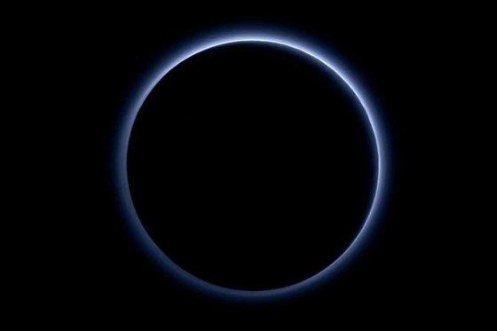 Plutón tiene regiones de agua helada y el cielo azul