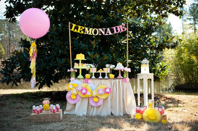 Rincón decorado en rosa y amarillo para evento