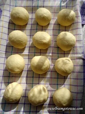 Pampuchy (kluski parowe, parowańce, buchty, bułki na parze) z sosem grzybowym