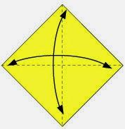 Bước 1: Gấp tờ giấy làm 4, sau đó lại mở ra để tạo các nếp gấp.
